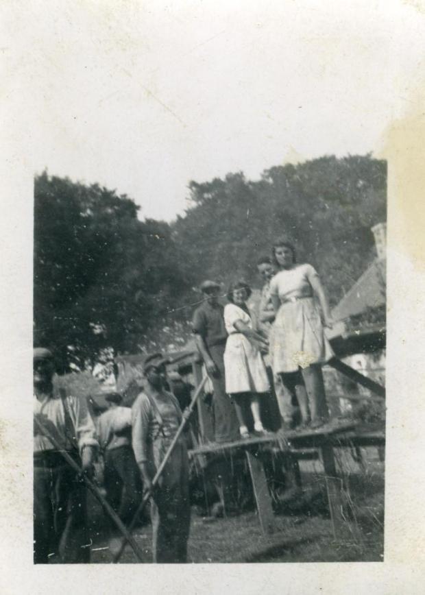 avec de gauche à droite: Armand Lucas (La Couture), un prisonnier allemand, Jacques Besnard, Jeannette L'Hôtelier, Joseph Talbourdet (La Hazaie), Armandine Talbourdet.