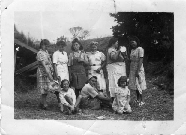 de gauche à droite au premier rang: Anne Prioux, Madeleine Bon, Jeanine Carfantan. Et au second rang: Marie Bon (Lemercier), Mme Prioux, Francine Bon, Francine Caradeuc, Louise Carfantan (Michel), Denise Fourchon (Bouvier).